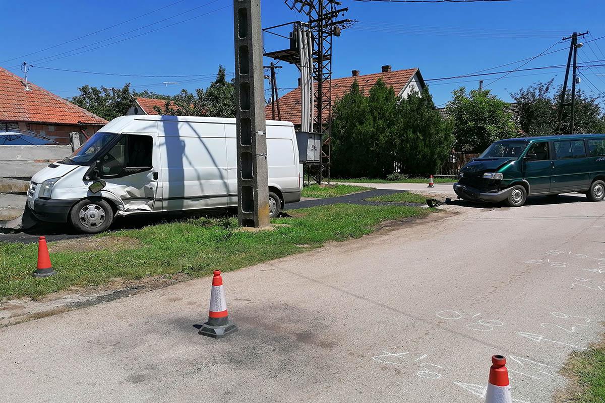 Személygépkocsi és kisteherautó ütközött Békéscsabán, ketten megsérültek