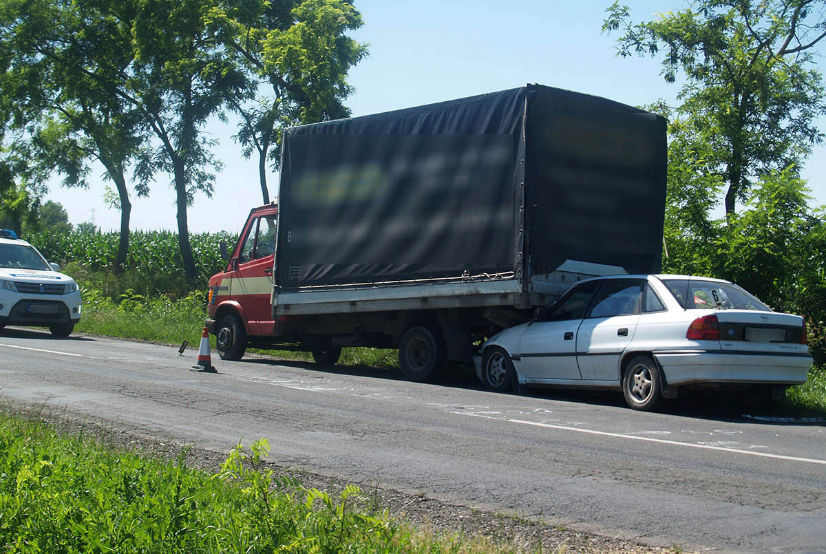 Teherautó és személygépkocsi ütközött Békéscsaba külterületén