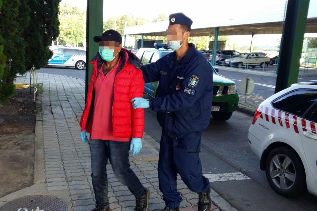 Négy határsértő egy angol személygépkocsiban