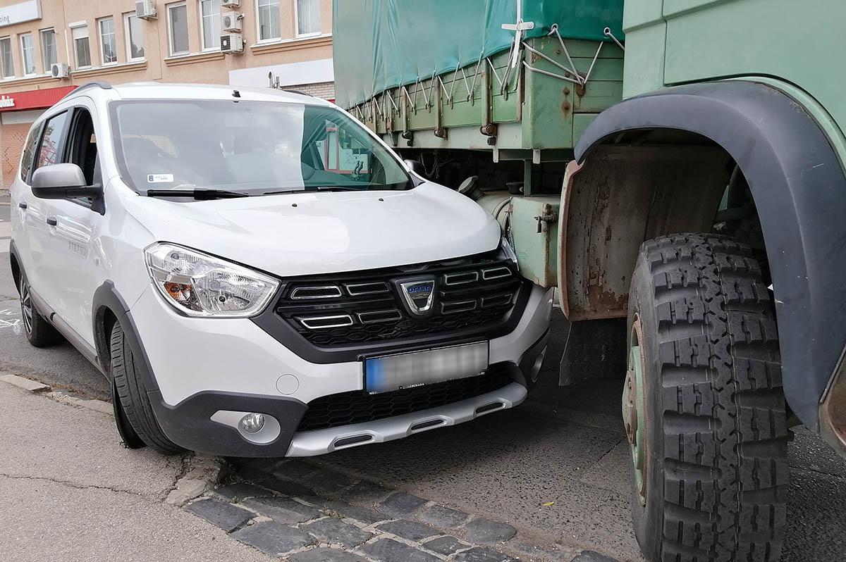 Teherautó és személygépkocsi ütközött Békéscsabán