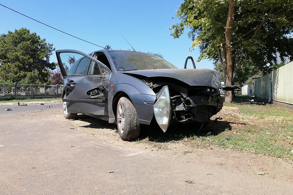 Fának csapódott egy autó Magyarbánhegyesnél
