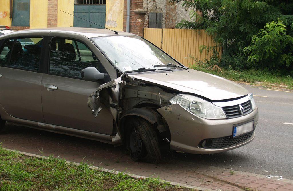 baleset csorváson, oszlopnak ütközött