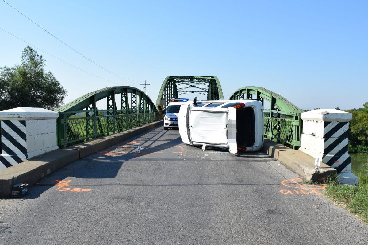 Felborult egy autó a Fekete-Körös hídon Gyula külterületén