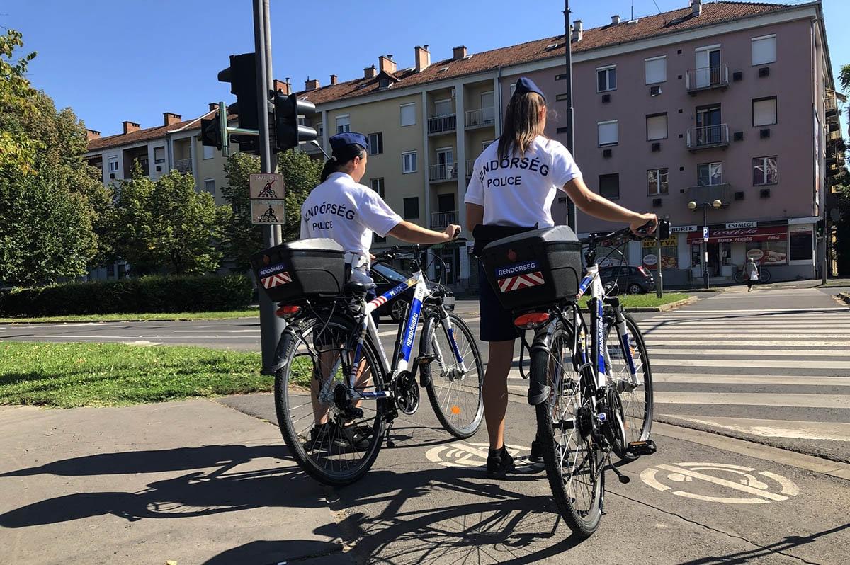 Kerékpáros rendőrök ellenőrzik a belvárost, és segítik a közlekedőket Békéscsabán