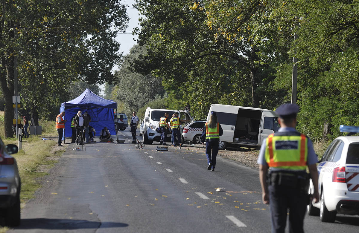Buszmegállóba csapódott egy kisbusz Nyársapátnál, ketten meghaltak