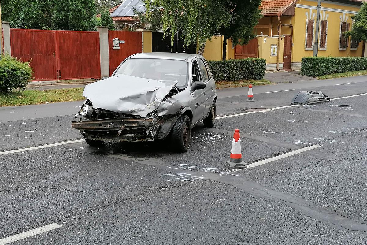 Két személygépkocsi ütközött Békéscsabán, egy ember megsérült