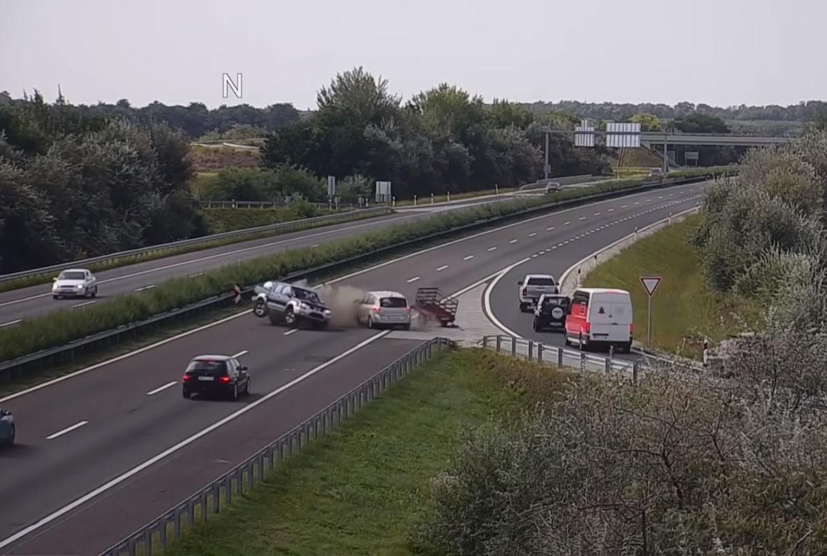 Döbbenetes balesetet rögzített a Magyar Közút kamerája (VIDEÓ)