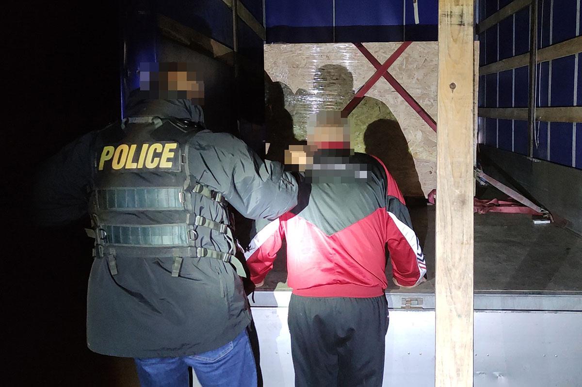 Ismét Romániában a tizenhárom határsértő, az embercsempész pedig őrizetben