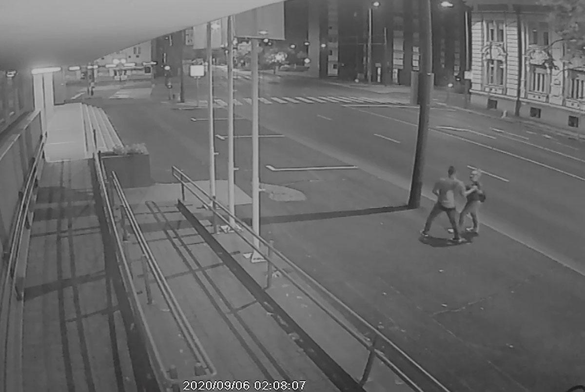 Összetörtek egy táblát Békéscsabán, a rendőrség keresi a rongálás gyanúsítottját