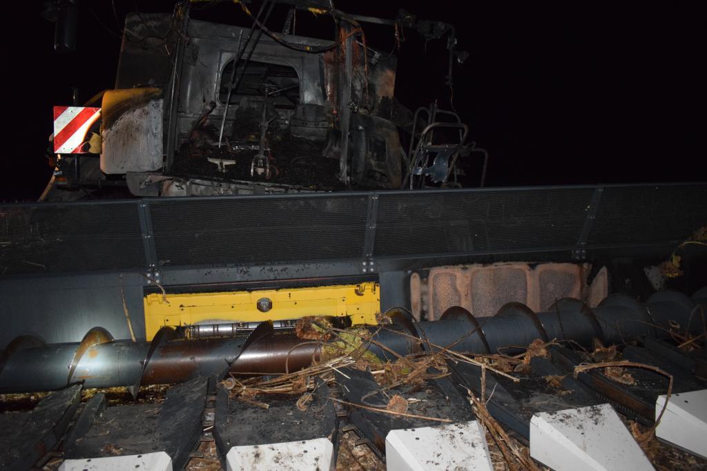 Teljesen kiégett egy kombájn tegnap este Békés megyében