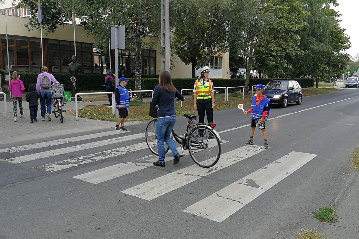 Zebra Zsaruk segítik a közlekedést az iskoláknál