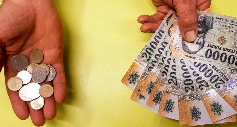 Pénzt tartó kéz