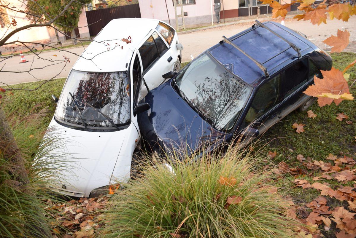 Két autó összeütközött és az árokba sodródott Geszten