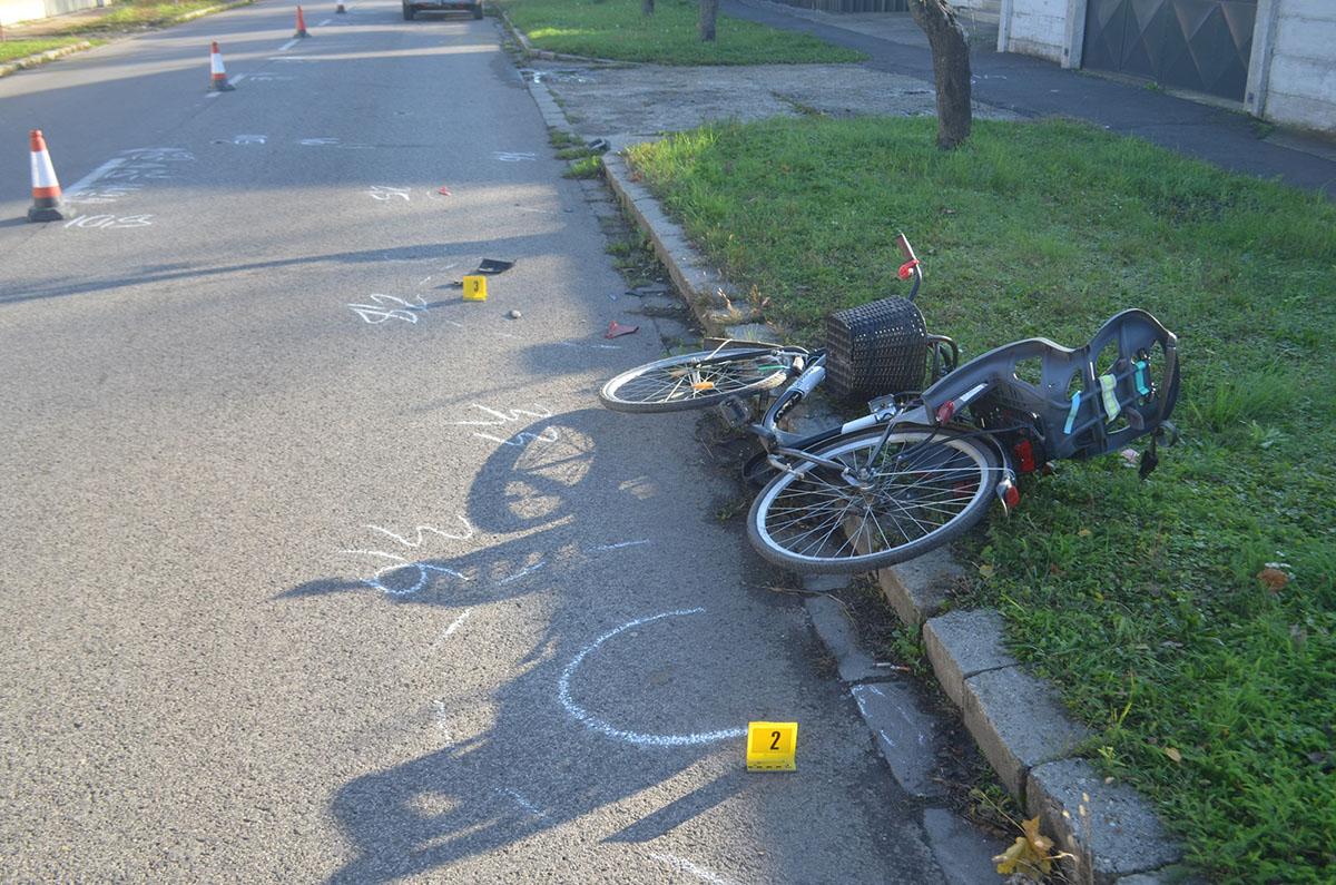 Személygépkocsi sodort el egy kerékpáros nőt, aki gyermekülésben vitte kisfiát