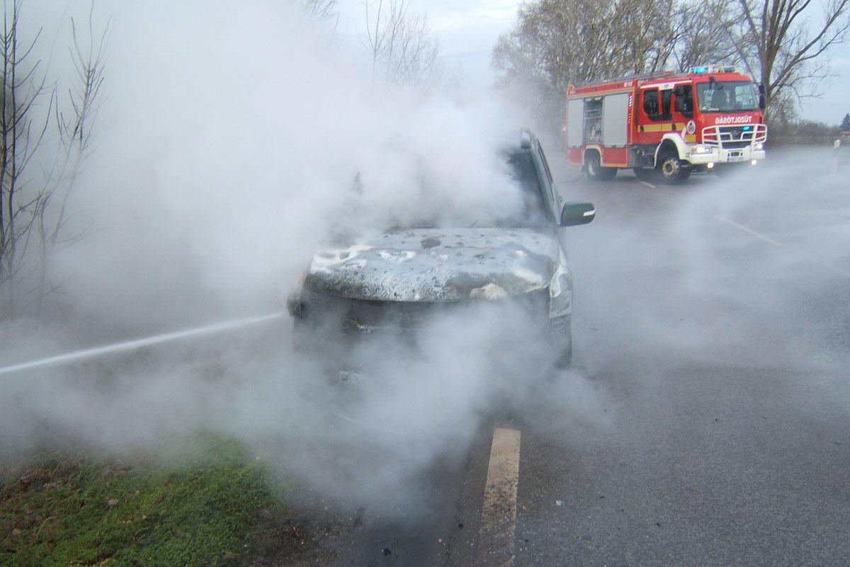 Kigyulladt egy autó motortere Szarvas és Csabacsűd között
