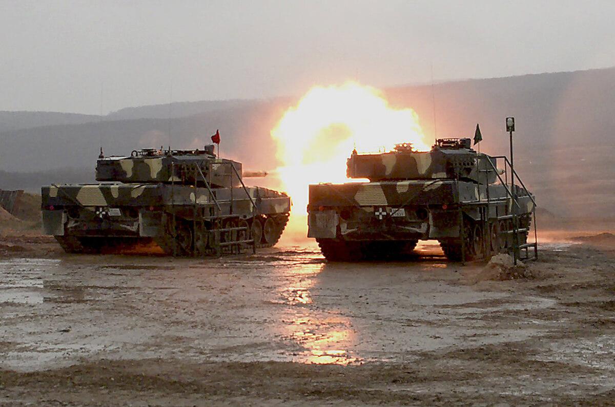 Megérkezett Tatára az utolsó két Leopard 2A4 harckocsi