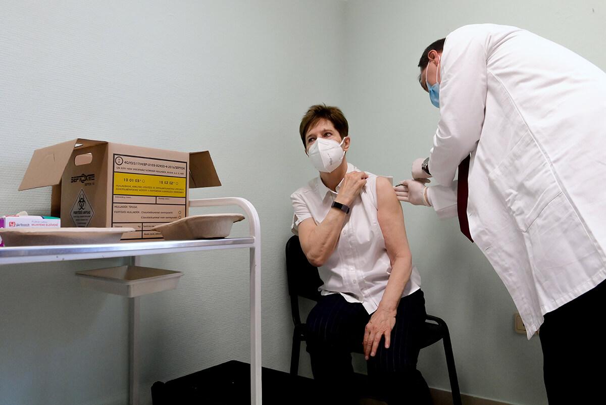 Elkezdődött az egészségügyi dolgozók oltása Budapesten