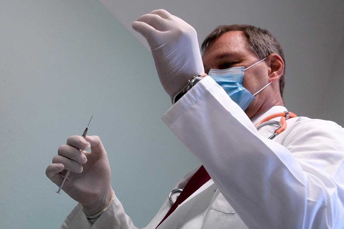 Koronavírus: Beadták az első védőoltást Magyarországon