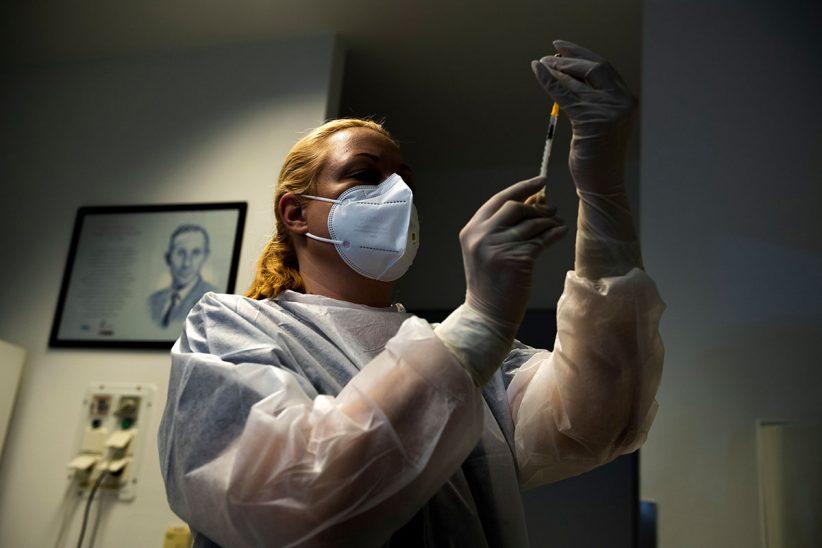 beoltottak, oltóanyaggal, Koronavírus, vakcina, Budapest, oltás