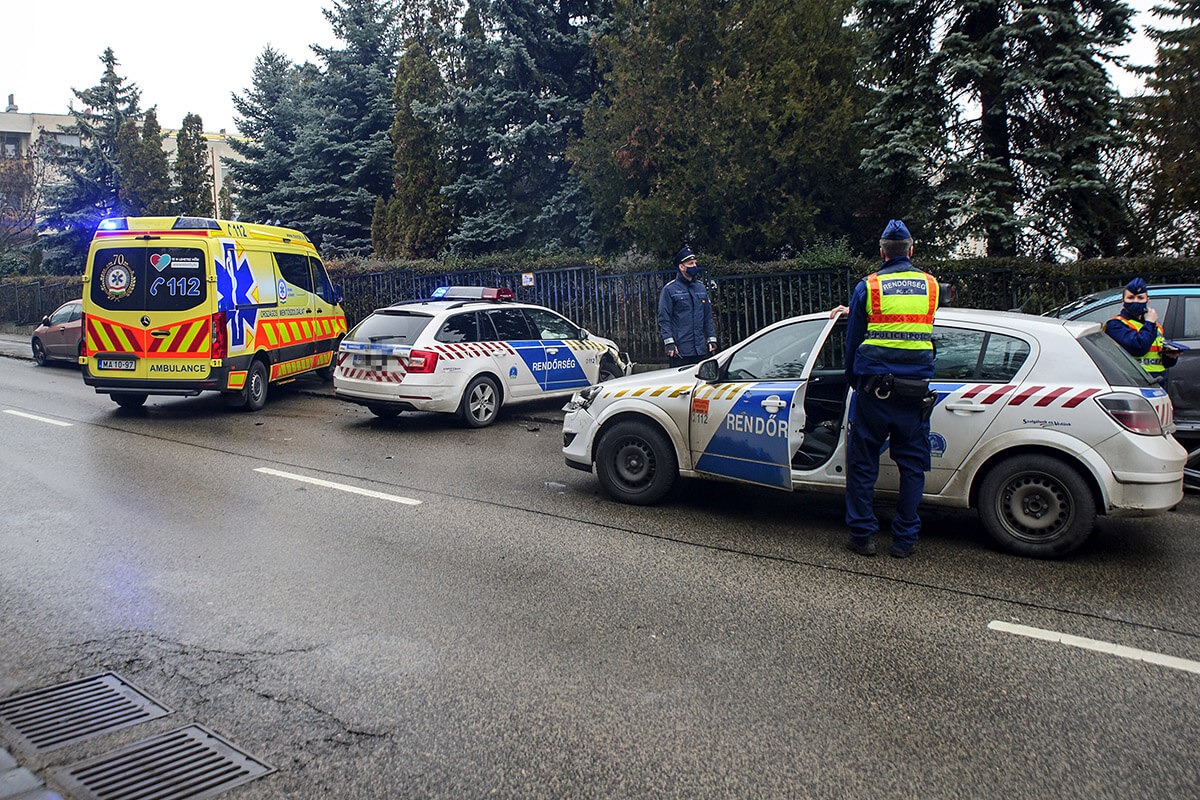 Rendőrautók karamboloztak Budapesten