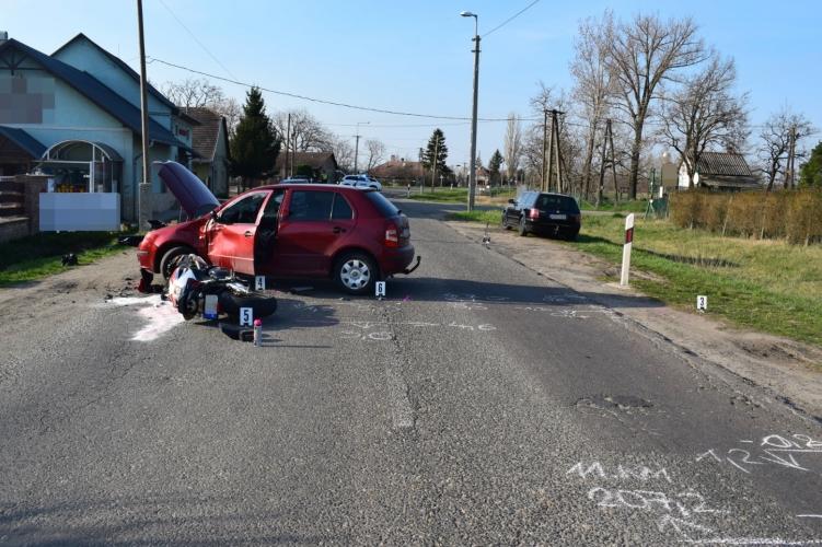 Motorossal ütközött egy személygépkocsi Orosházán, a motort vezető férfi súlyosan megsérült