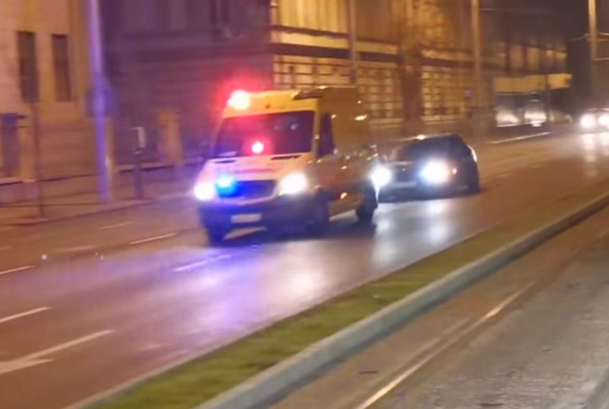 A pofátlanság netovábbja: Szirénázó mentőautót követve nyert magának szabad utat a BMW-s