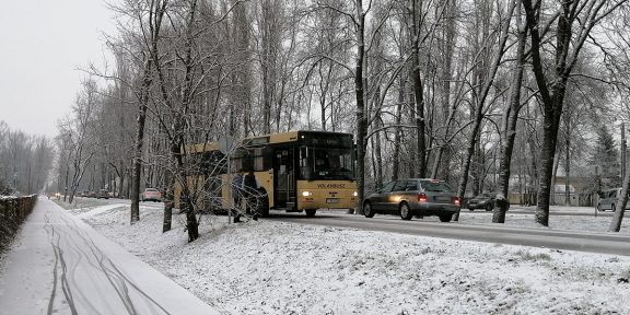 elakadt busz Békéscsabán, hóesés
