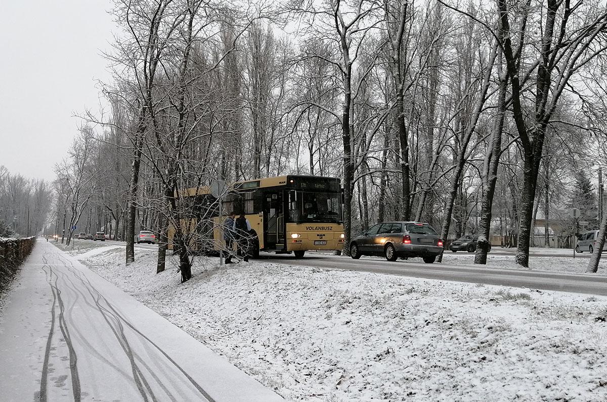 Amint leesett pár centi hó, azonnal fennakadások adódtak a közlekedésben