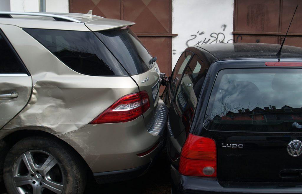 Összeütközött négy személyautó, és egy ötödik, parkoló autót is megrongáltak Békéscsabán
