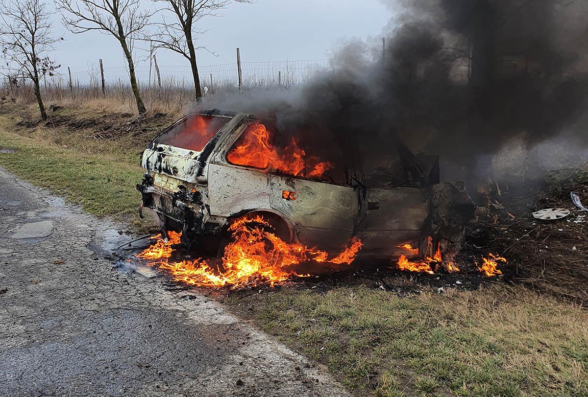 FRISSÍTVE: Fának ütközött egy autó Mezőhegyesen