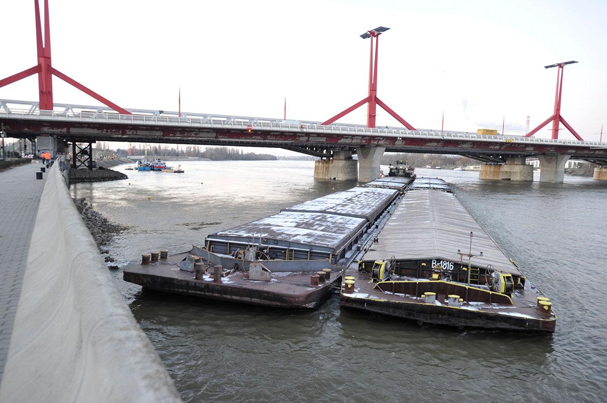 A Rákóczi hídnak ütközött egy uszály
