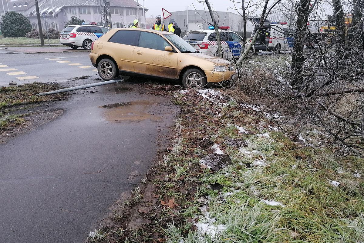 Lesodródott az útról, majd két jelzőtáblát is kidöntött egy autó Békéscsabán