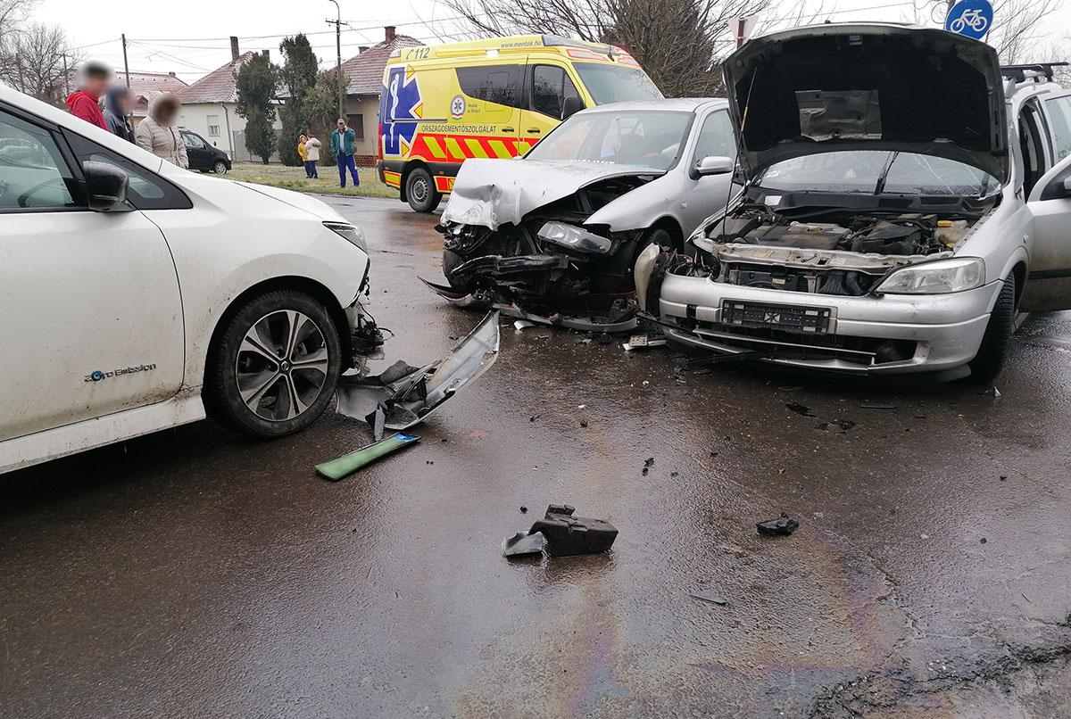 Három személygépkocsi ütközött Újkígyóson