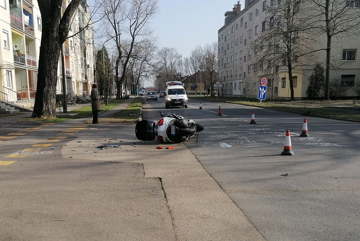 Motor és személyautó ütközött Békéscsabán