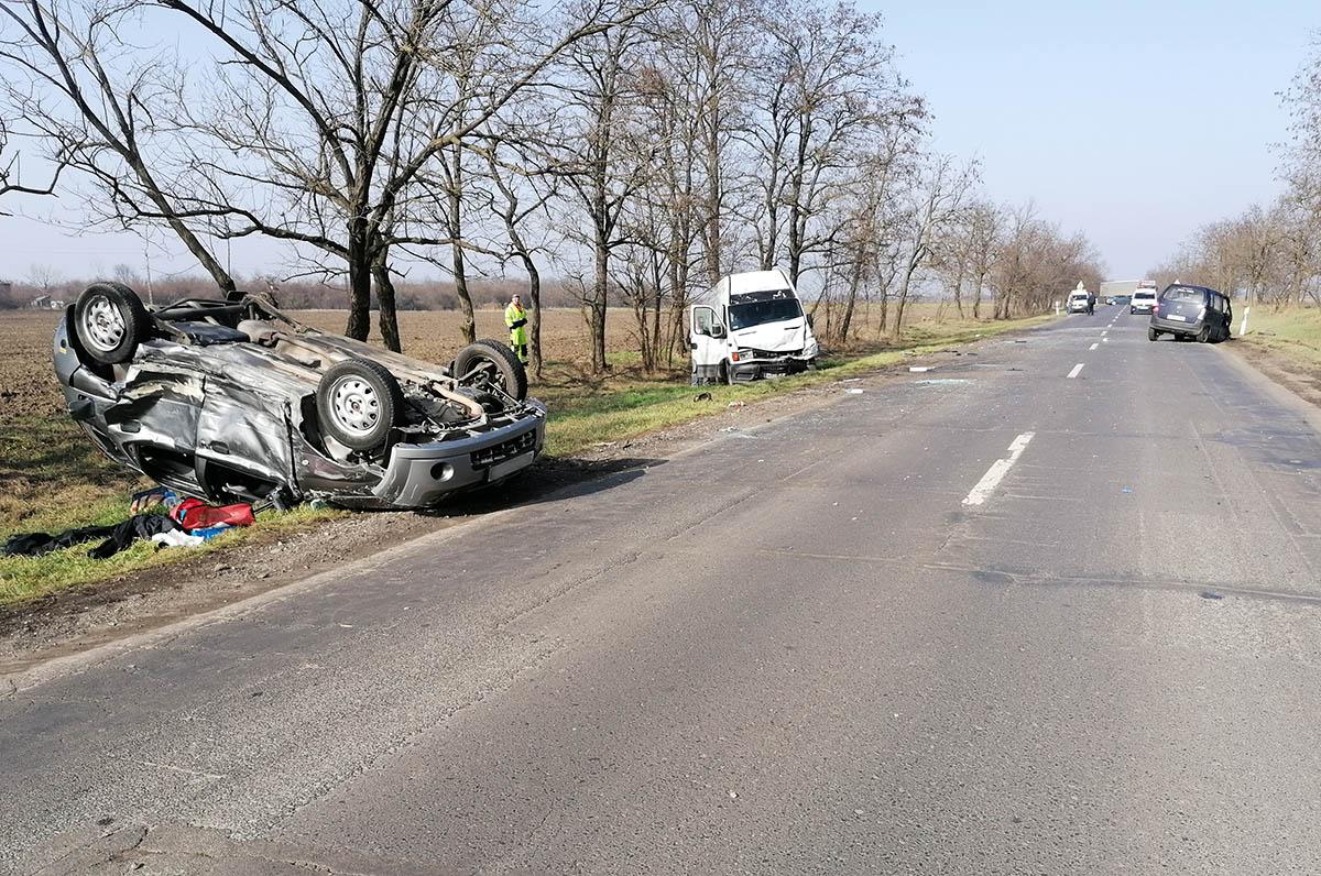 Összeütközött két személygépkocsi és egy kisteherautó Békéscsaba és Csabaszabadi között