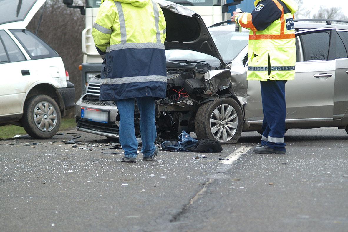 FRISSÍTVE: Három személygépkocsi ütközött össze a Gyula és Sarkad közötti úton