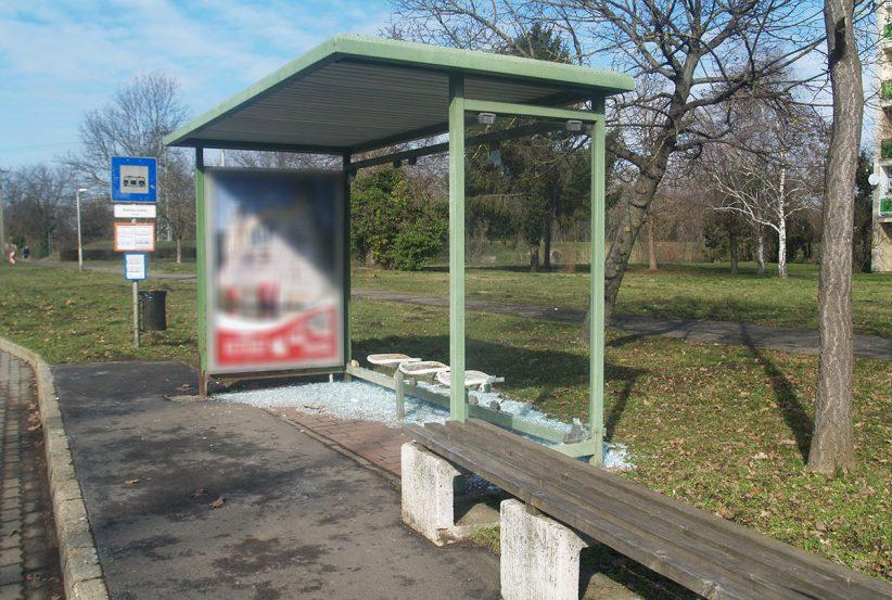 buszváró rongálás Békéscsabán