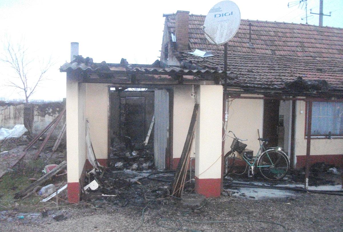 Felcsaptak a lángok egy dombegyházi melléképületben