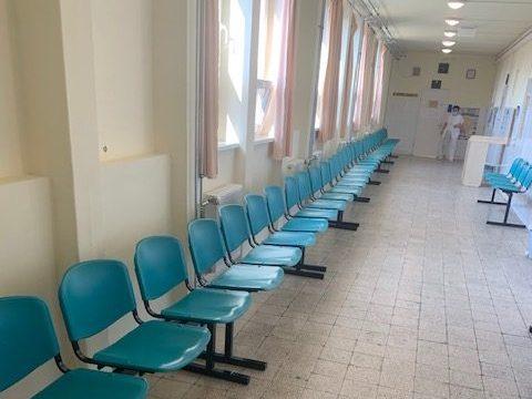Új várótermi padok a békési rendelőintézetben
