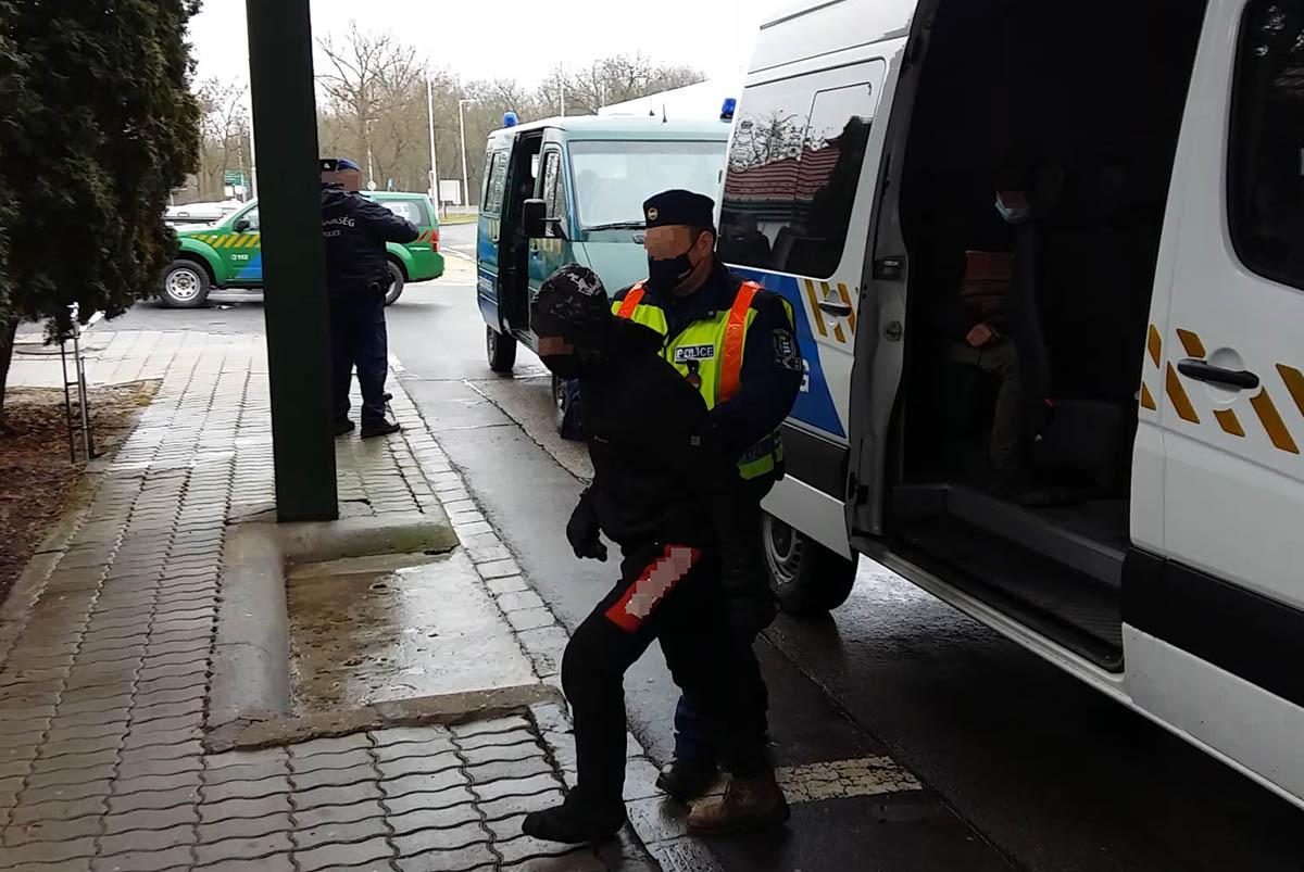 Embercsempészéssel gyanúsítható férfit vettek őrizetbe és huszonegy határsértőt fogtak el a rendőrök