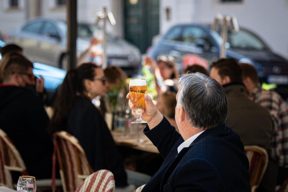 Magasba emelte söröspoharát Orbán Viktor