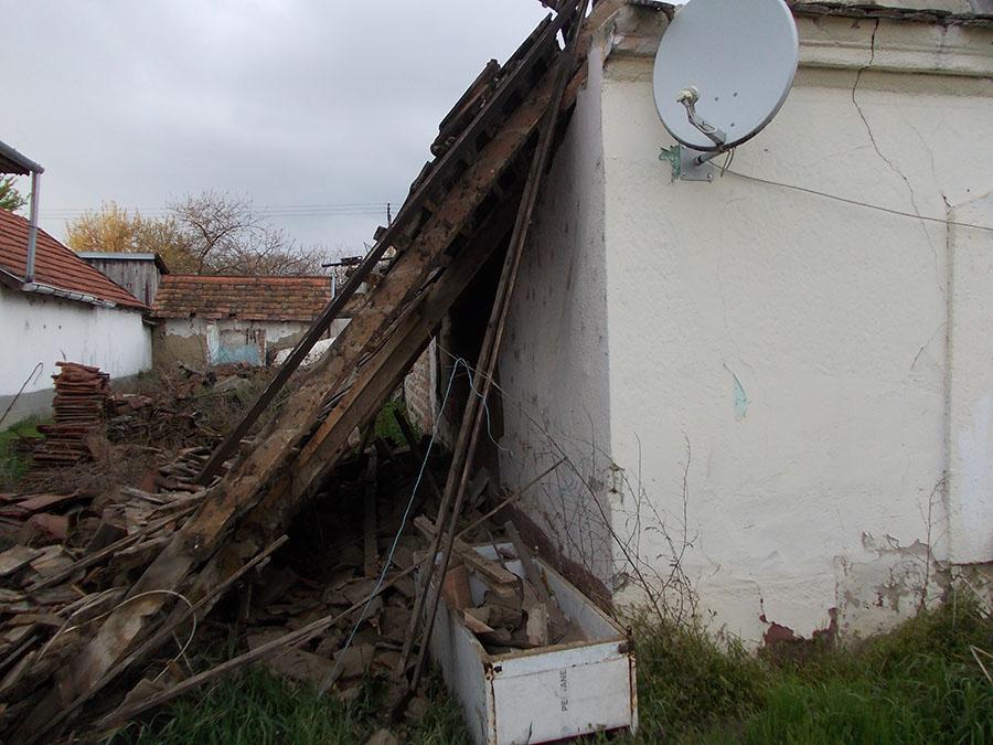 Beomlott egy családi ház teteje