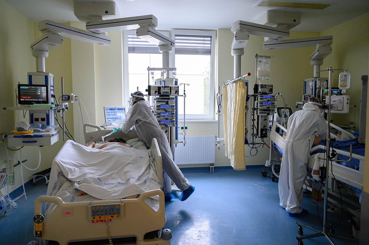 1836 koronavírusos beteget ápolnak kórházban, 212-en vannak lélegeztetőgépen