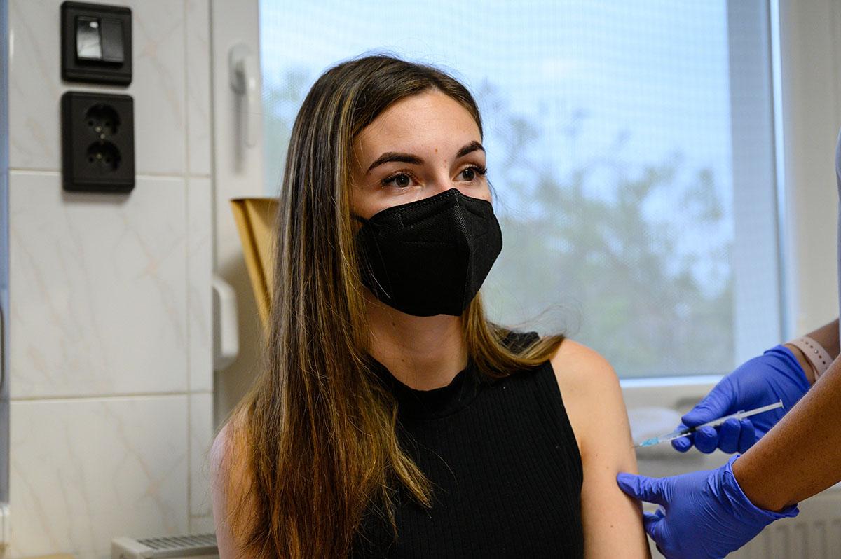 Koronavírus: 1 beteg hunyt el, 17-en vannak lélegeztetőgépen