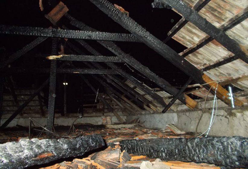 ház tetőszerkezete égett Gádoroson