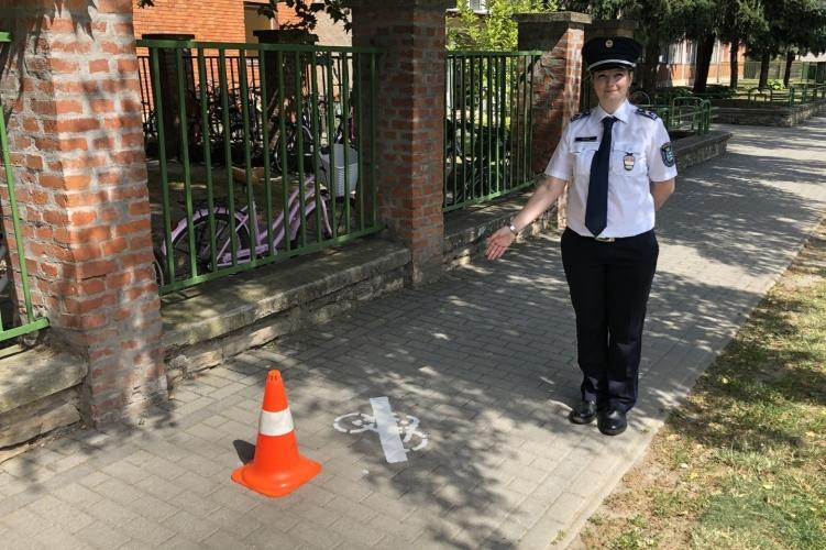Piktogram figyelmeztet: ne kerékpározzunk a járdán!