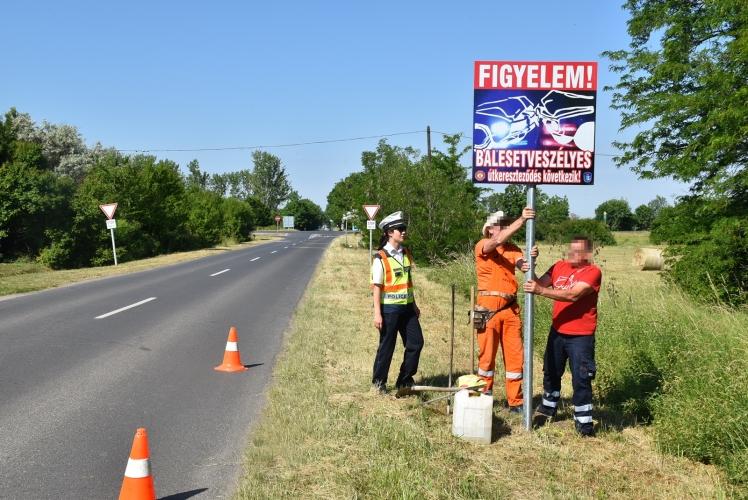 Balesetveszélyre figyelmeztető táblát helyeztek el Gyula határában