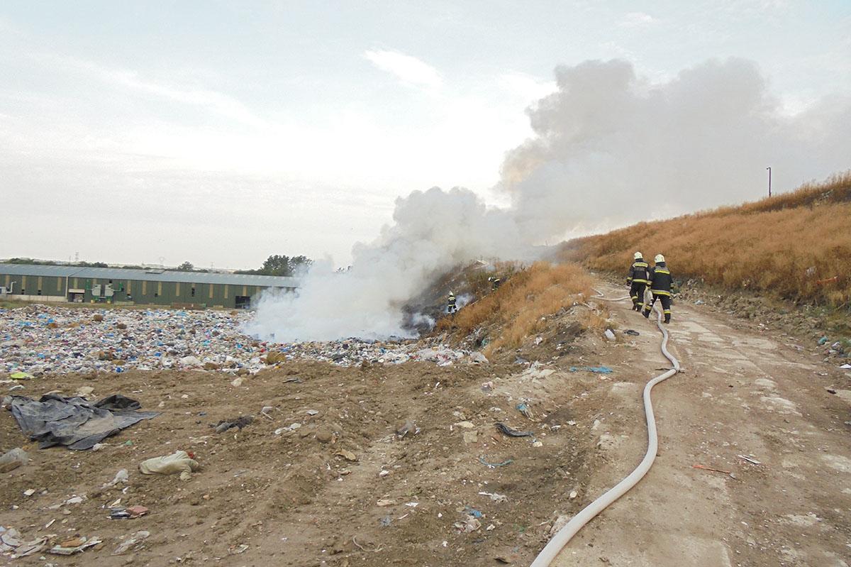Hulladéktűzhöz és nádastűzhöz vonultak a tűzoltók Békéscsabán