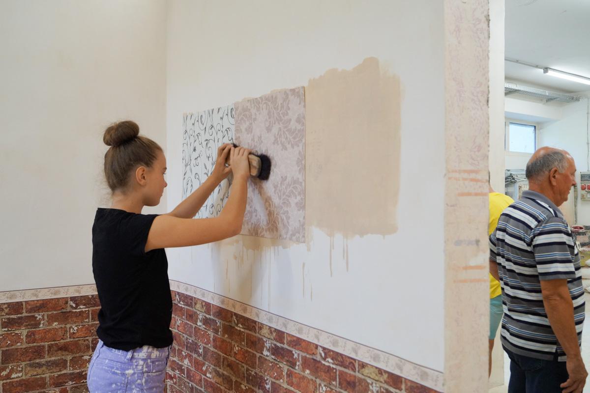 Tapétáztak, festettek is a diákok a megyei iparkamara nyári táborában