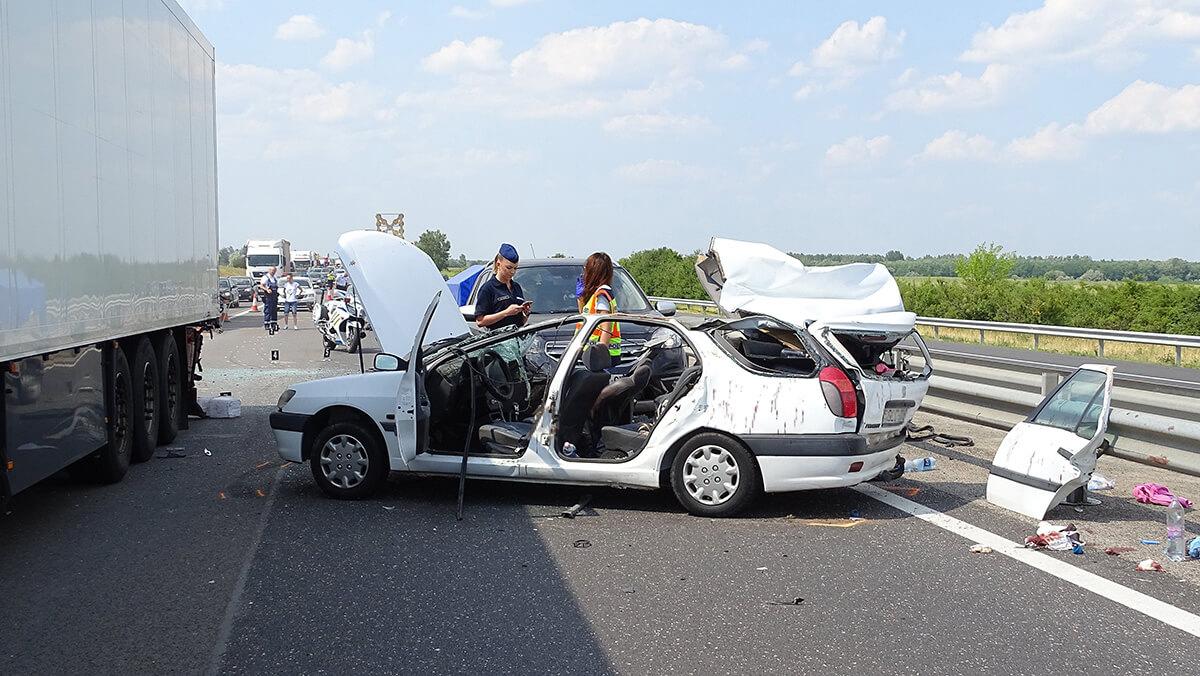 Ketten meghaltak egy balesetben az M5-ösön Kiskunfélegyházánál